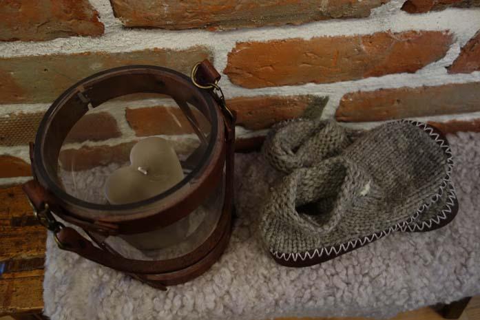 Lämpimät tossut ja kynttilälyhty
